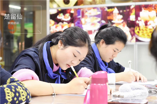 学员在参加烘焙技术培训3.jpg